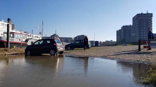 De eigenaresse van deze wagen is net op tijd op de parkeerplaats van de Waalkade om te voorkomen dat deze wordt afgesleept.