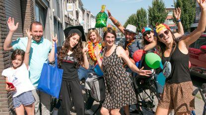 Geen afscheidsfeestje op school? Leerkrachten zwaaien leerlingen thuis uit