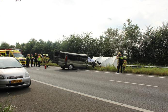 Bij een ernstig verkeersongeluk op de A30 is een dode gevallen.