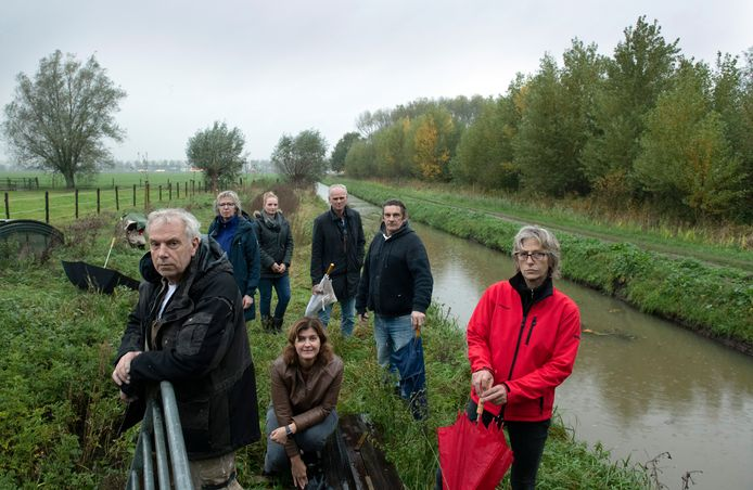 Martin van Weelden (linksvoor) van de werkgroep Tegenwind begrijpt wel dat sommige grondeigenaren wel een windmolen willen als zij 50.000 euro opstrijken.
