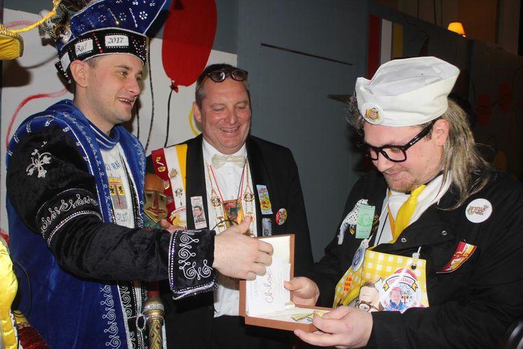 Prins Raf overhandigt de Gouden Ajuin aan zijn voorganger.