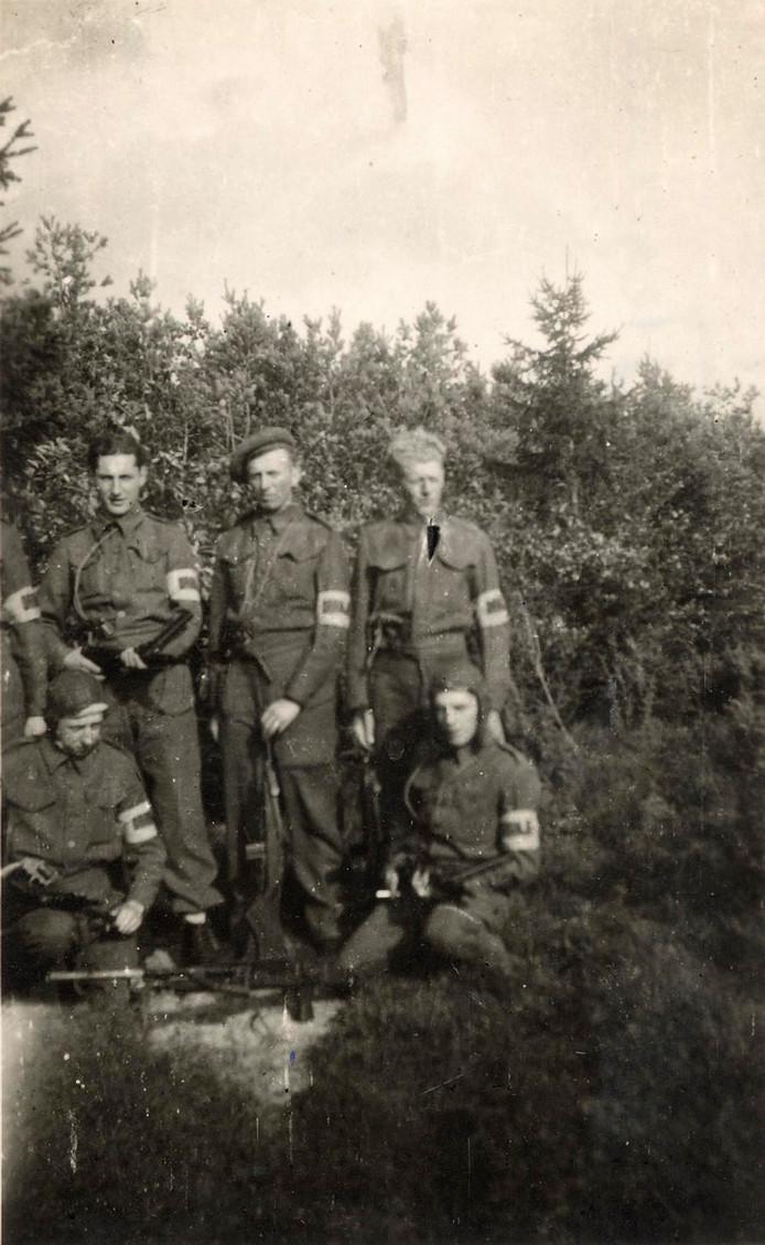 De verzetsgroep Stegeren, met commandant Jan Nieboer uit Vroomshoop, werd door deze foto bijna ontmaskerd.