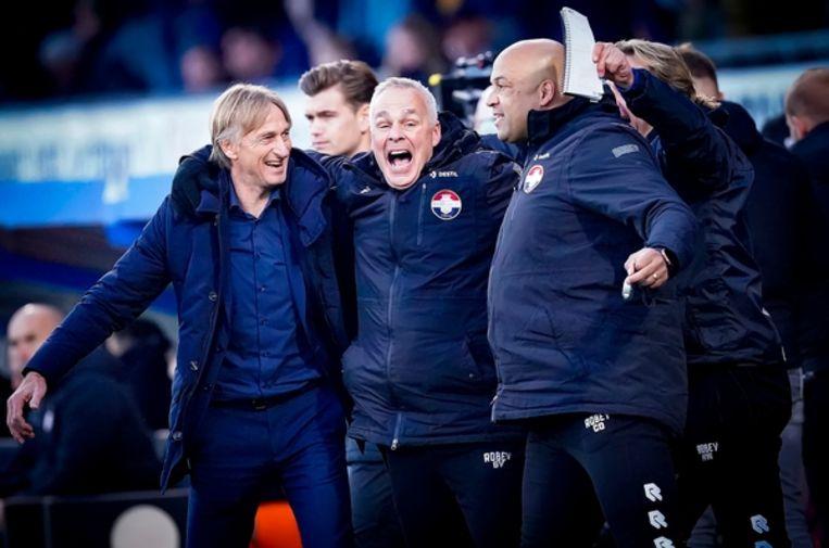 Trainer Adrie Koster (links) en zijn assistent Gery Vink (midden) vieren de 2-1 overwinning van Willem II op PSV in november Beeld BSR Agency