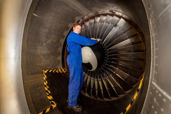 Yarmo Heijnen, student vliegtuigtechniek uit Halsteren, aan de slag in een motorinlaat van een Fokker 100 op Aviolanda in Hoogerheide.