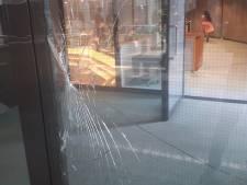 Incident in Tweede Kamer: man vast na verbrijzelen veiligheidsglas