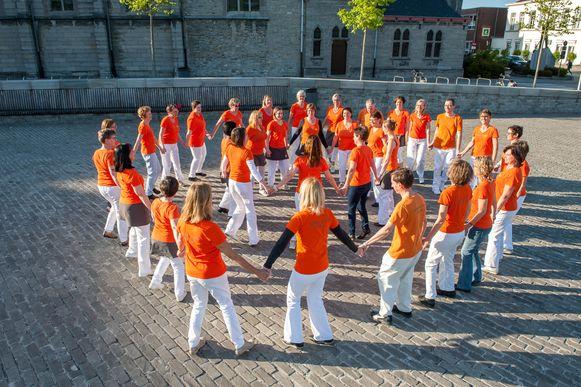 De leden van DanseriDoe in actie op het Sint-Poppoplein.