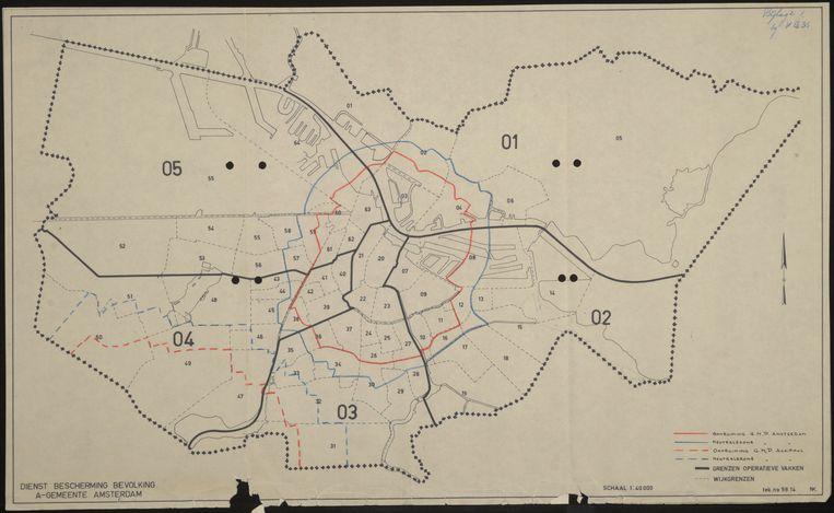 Amsterdam met wijkindeling. Volgens het plan zou alles binnen de rode lijn worden ontruimd. Beeld Stadsarchief