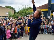 Verrassing: Diggy Dex zingt leerlingen De Bijenkorf toe