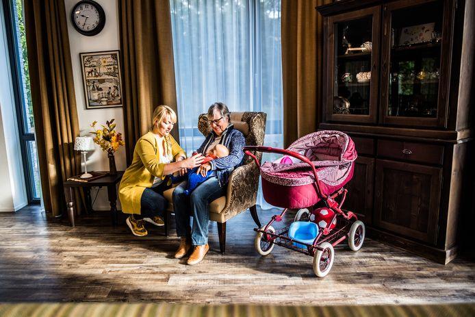 Verpleegkundig specialist Evelien Jansen met bewoonster Ellie in woonzorgcentrum Hoogstede.