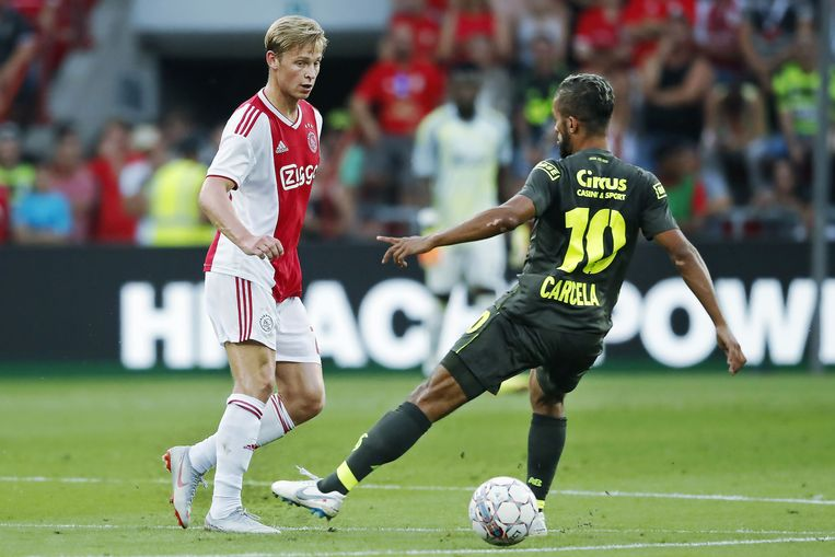 Frenkie de Jong gisteren op Sclessin in duel met Carcela.