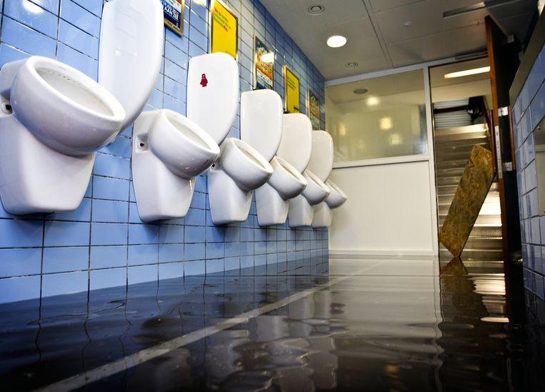 Overstroomde urinoirs in de Pathé in Rotterdam. Beeld anp