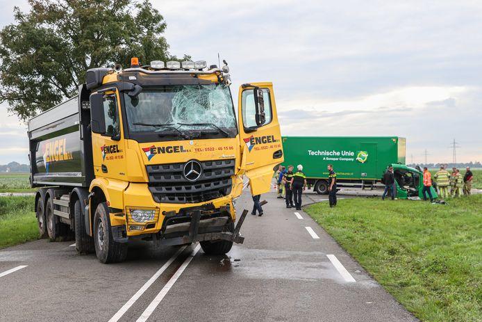 Op de kruising met de Zwijnsweg kwamen twee vrachtwagens frontaal met elkaar in botsing. De cabine van de groene vrachtwagen kwam los van het chassis waardoor de chauffeur bekneld kwam te zitten.