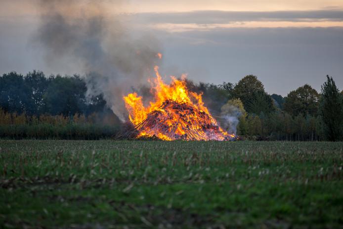 Stapel snoeihout in brand in Oud Gastel.