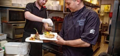 Chef-kok Jiorgos van Grieks restaurant Santorini zorgt voor een vakantiegevoel thuis