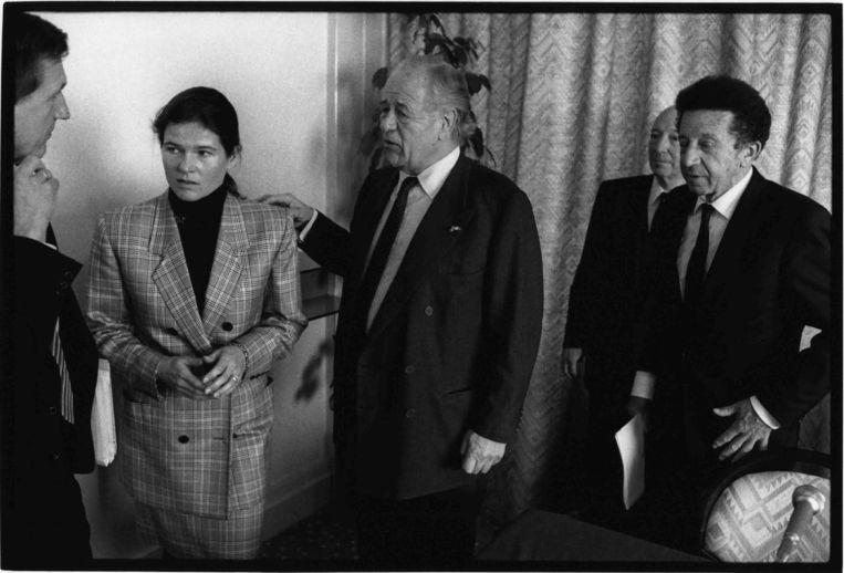 Charlene in april 1989 met haar vader (midden) tijdens een aandeelhoudersvergadering in het Okura Hotel in Amsterdam. Beeld Leo Erken