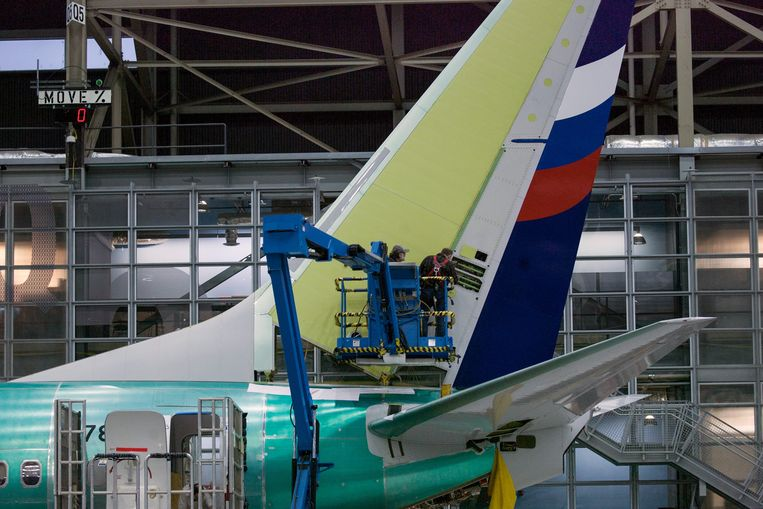 Medewerkers van Boeing werken in de fabriek in Renton aan de staart van een 737 NG. Beeld REUTERS