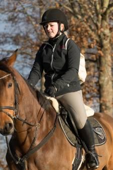 Magda en haar paard Kismo brengen lingerie rond in Raalte: 'Een lichtpuntje tijdens deze donkere dagen'