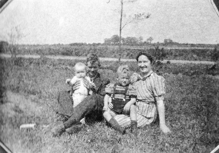 Vader en moeder Te Rietstap  met zoon Gerrit en dochter Aly. Beeld Derk Te Rietstap