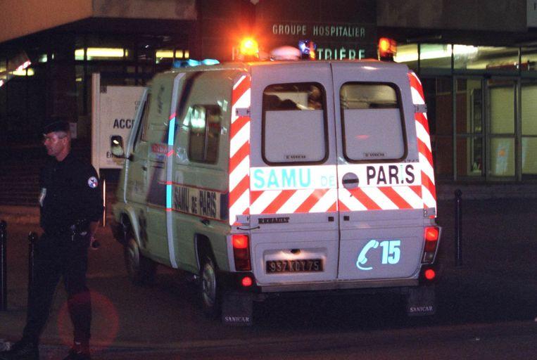 De ambulance arriveert in het Parijse Salpetriere ziekenhuis, waar dokters nog tevergeefs probeerden om prinses Diana te redden.