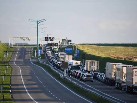 Twee gewonden bij ongeluk in Westerscheldetunnel - honderden auto's uren in kilometerslange files