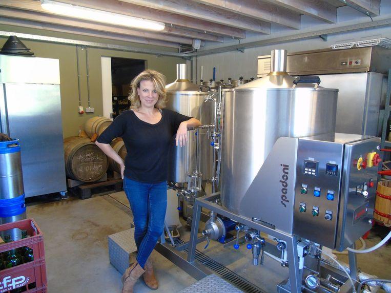 Hildegard Van Ostaden in haar microbrouwerijtje.