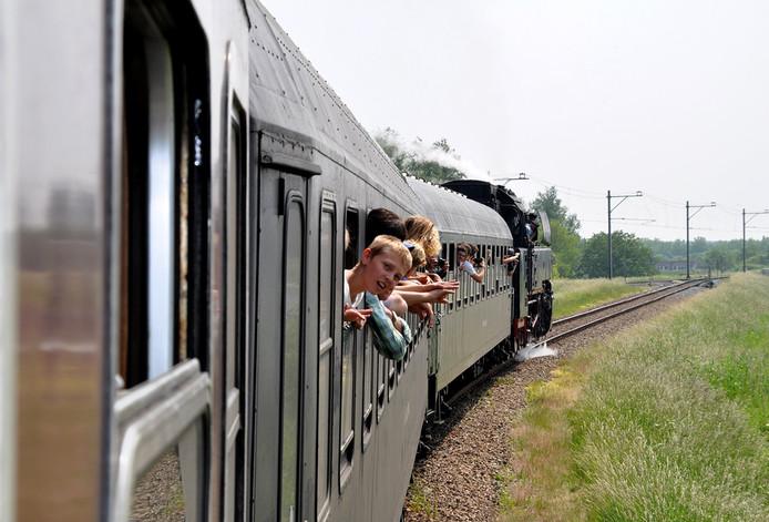 De stoomtrein die zaterdag vanwege de opening van het nieuwe station Breda vijf retourtjes Roosendaal doet