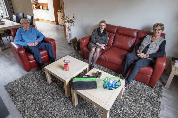Toon Hageman, vrijwilligster Martje van den Elzen (midden) en Annemarie Rovers zijn teleurgesteld over de slechte communicatie.