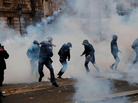 La France à l'arrêt: des tensions éclatent dans le cortège parisien