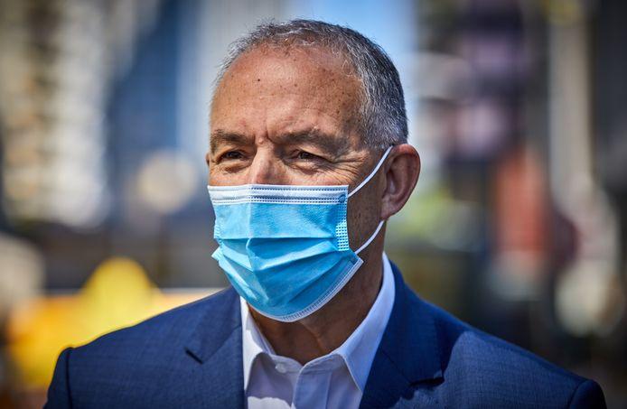Burgemeester Ahmed Aboutaleb staat in augustus de pers te woord over de mondkapjesplicht op het Binnenwegplein.