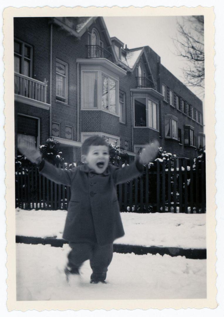 Daantje Sajet voor het Janna Kinderhuis op de Middenweg, begin 1944. Zijn ouders overleefden de oorlog niet. Beeld Particuliere collectie D. Sajet