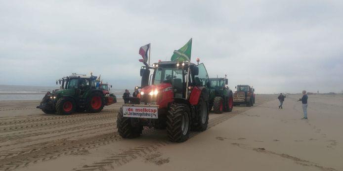 Tractor van de boerderij van de Erinkvelds op het strand nabij Den Haag.