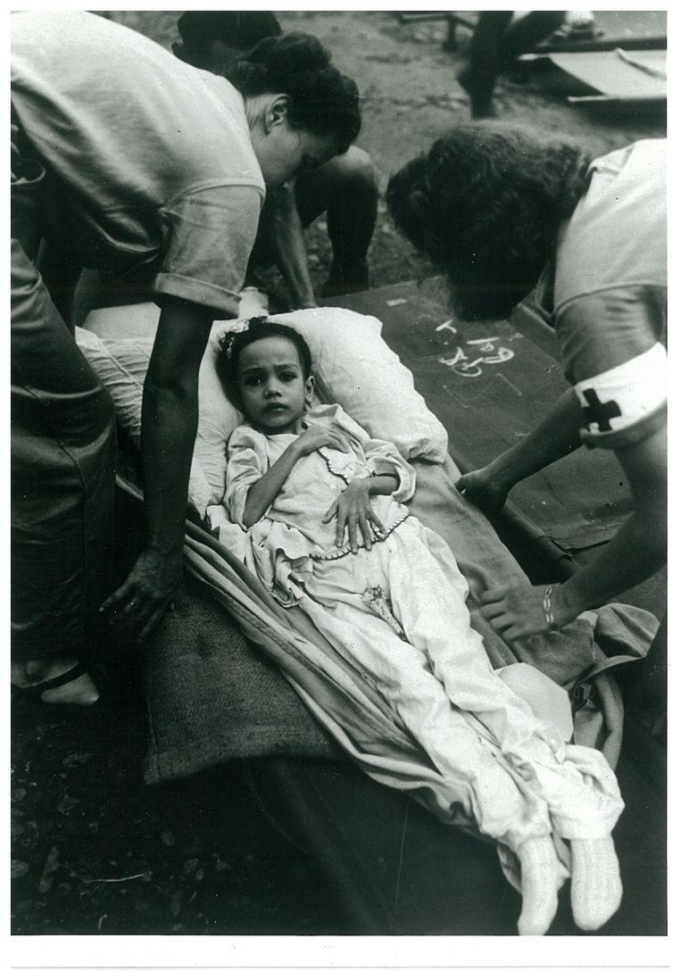 Verzwakt Indo-Europees meisje uit het Indonesisch interneringskamp te Cheribon, West-Java, april 1946. Duizenden Nederlands-Indische burgers waren in het najaar van 1945 door de Indonesiërs geïnterneerd in kampen op Java. Beeld NIGIS, RIVD