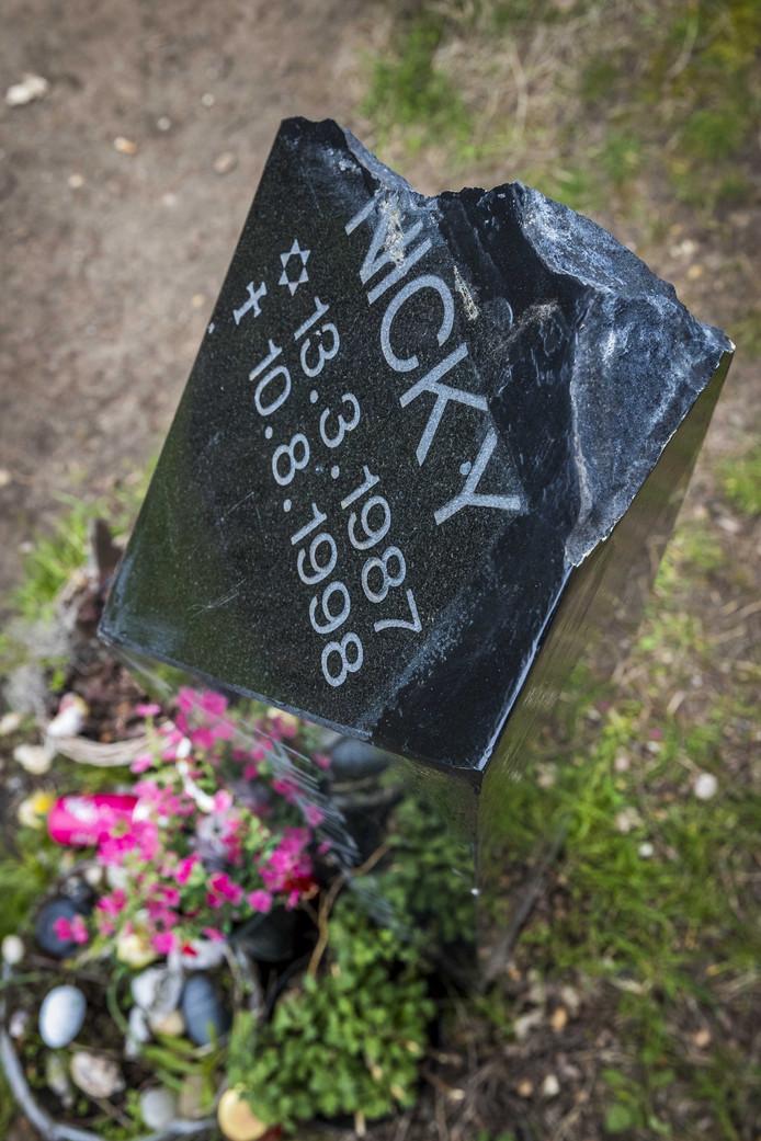 De gedenksteen voor Nicky Verstappen op de Brunssummerheide is opnieuw het doelwit geworden van vernieling.