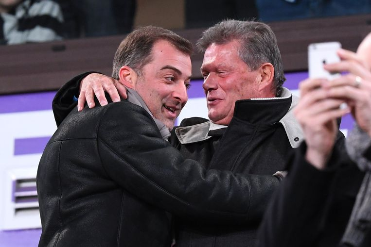 Bayat innig omhelst door Paul Goossens, ex-bestuurder van Anderlecht.