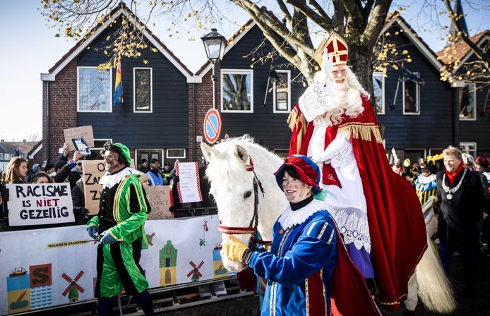 Sinterklaas passeert de demonstranten tijdens de landelijke intocht van Sinterklaas op de Zaanse Schans. De oer-Hollandse Zaanse Schans is dit jaar het decor van de landelijke intocht van de goedheiligman en zijn pieten.