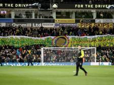 Norwich brengt eerbetoon aan eerste Engelse voetballer die uit de kast kwam