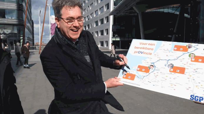 Harry van der Maas (SGP) laat zien hoe lang de reis van Aagtekerke naar Utrecht hem met het openbaar vervoer heeft gekost.