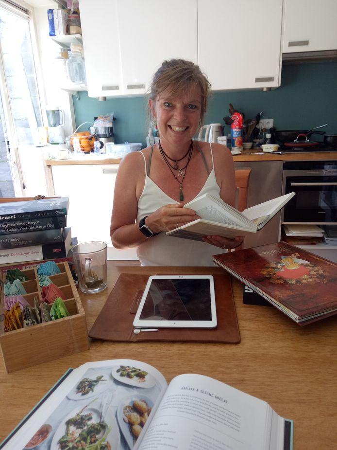 Elsa met een paar van haar boeken, waarvan ze er ook een heeft vormgegeven.