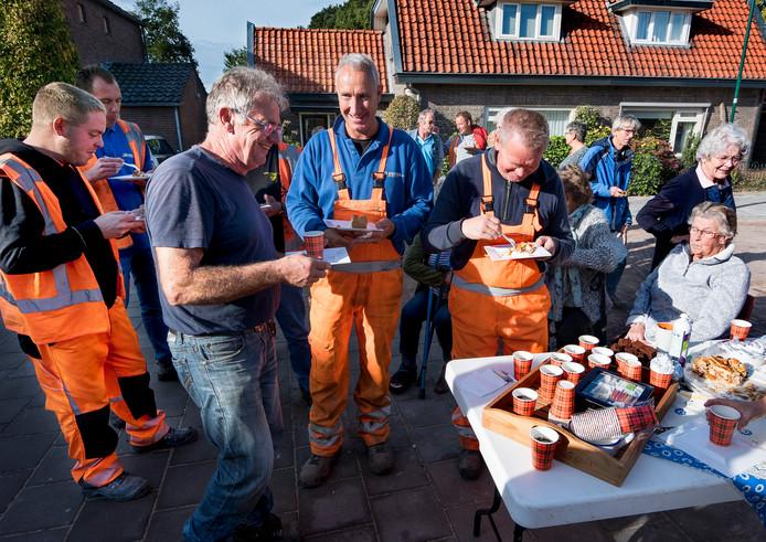 De stratenmakers worden voor hun noeste arbeid in het zonnetje gezet door dorpsbewoners met zelfgebakken appeltaart, brownies, saucijzenbroodjes en verse koffie