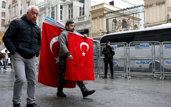 Een Turkse demonstrant bij het Nederlandse consulaat in Istanboel.
