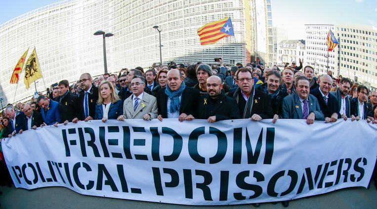De Catalaanse burgemeesters voor het gebouw van de Europese Commissie.