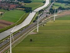 'Meer windmolens langs A15 en zonnepanelen op helft van bedrijfsdaken Alblasserwaard'