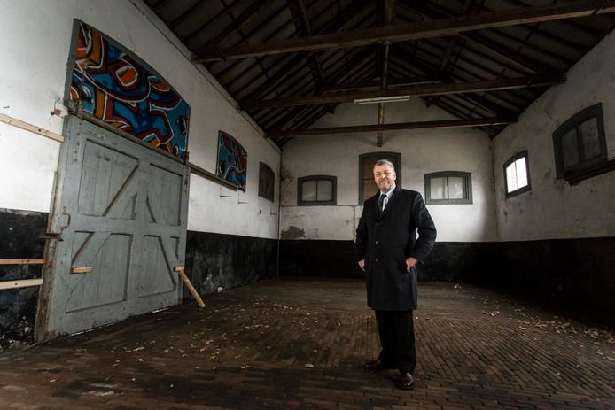 Frank van Setten, voorzitter van stichting De Poort van Bronckhorst, in het danig verpauperde Vordense stationsgebouw.