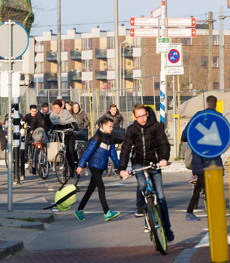 Geef fietser voorrang op autoverkeer bij station Alphen