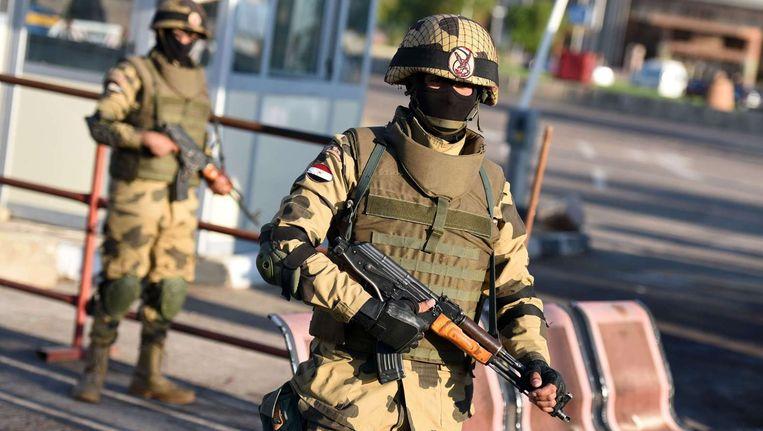 Egyptische militairen vorige week bij Sharm al-Sheikh, waar het Russische passagiersvliegtuig opsteeg dat later neerstortte in de woestijn Beeld afp