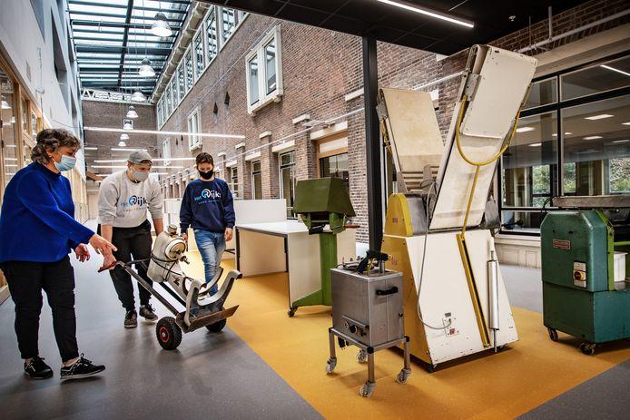 Nijmegen/Nederland: Jessie (re) en Sem (met pet) helpen met verhuizen bakkerijspullen naar nieuwbouw het Rijks. Li. Mariet vd Ven. Dgfoto Foto: Bert Beelen