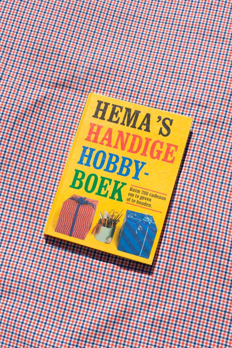 Aan de straatstenen niet kwijt: Hema's Handige Hobbyboek uit 1983 (vraagprijs: 50 cent). Beeld Annabel Miedema