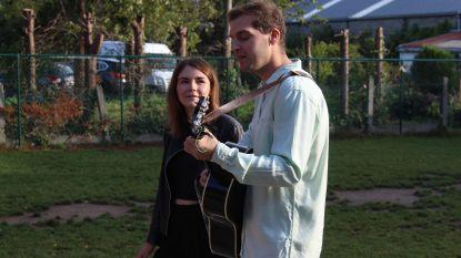 Tom Dice en Kato Callebaut verrassen kinderen met mini-optreden in schooltje Lekestraat