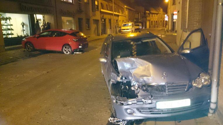 Door de klap vloog de geparkeerde Opel ook nog tegen een bestelwagen.
