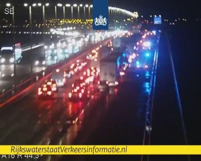 In de richting van Rotterdam staat een lange kijkersfile.